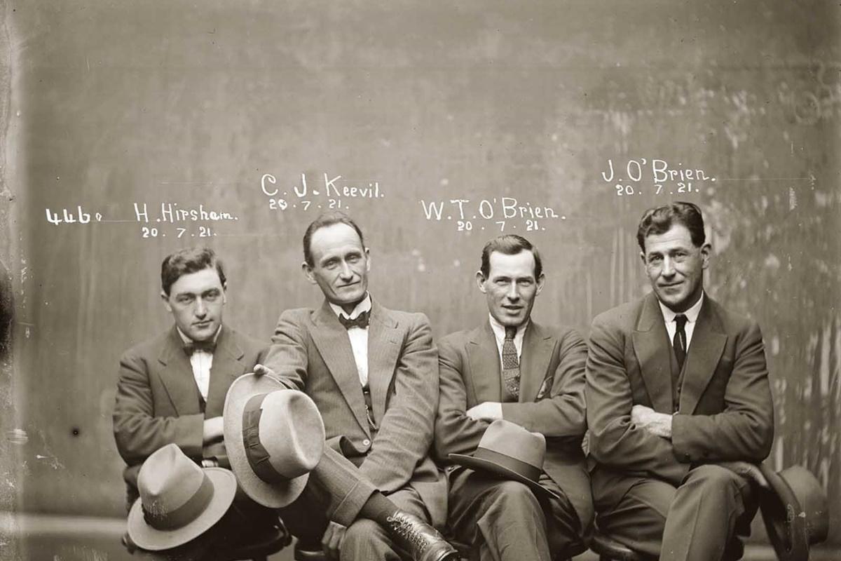 Четиримата на снимката са арестувани за грабеж в дома на букмейкъра Реджиланд Катън в австралийския град Кенсингтън. Срещу Томас О`Брайън не са повдигнати обвинения, но останалите трима са осъдени.