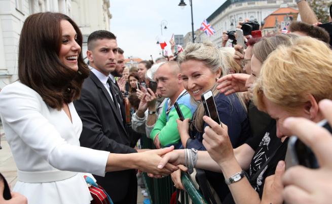 Кейт Мидълтън във Варшава, поздравява събралите се хора пред президентството