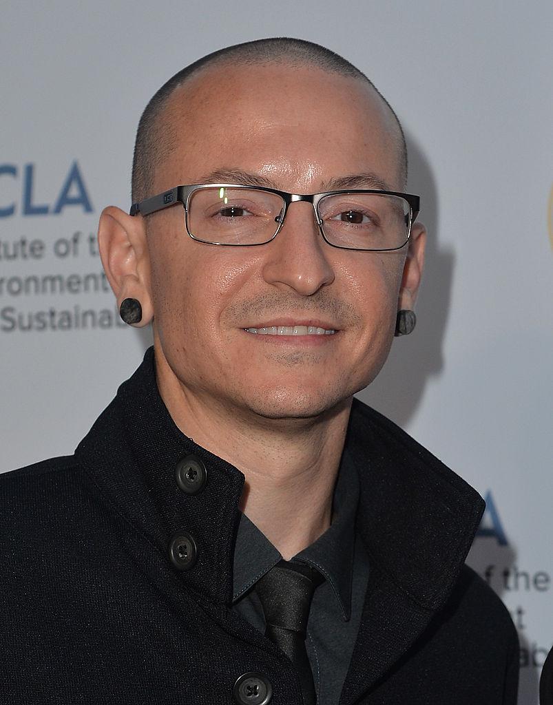 """Честър Бенингтън, солистът на рок групата """"Линкин парк"""" ( Linkin Park), бе намерен мъртъв. Според информацията на електронното издание TMZ Бенингтън се е самоубил в частна къща в предградията на Лос Анджелис. Тялото на легендата на алтернативния рок е било открито днес около 9 часа местно време."""