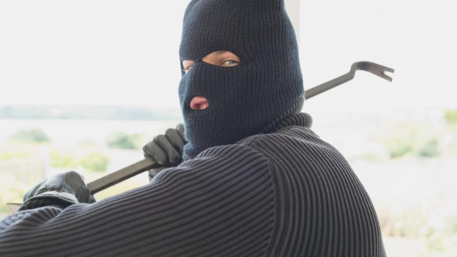 Неизвестни мъже пребиха общинарка във Велинград