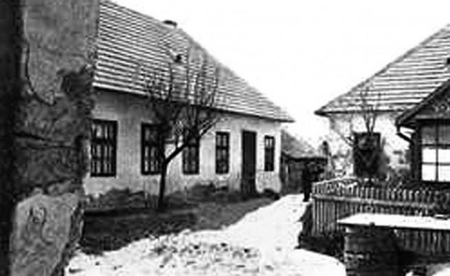 Къщата на Бела Кис, вляво.