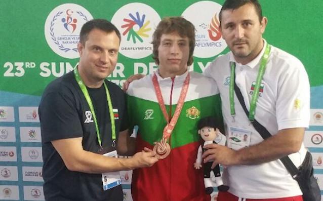Светослав Миленков (треньор), Иван Стоилов (медалист) и Денислав Чамишки (главен треньор)
