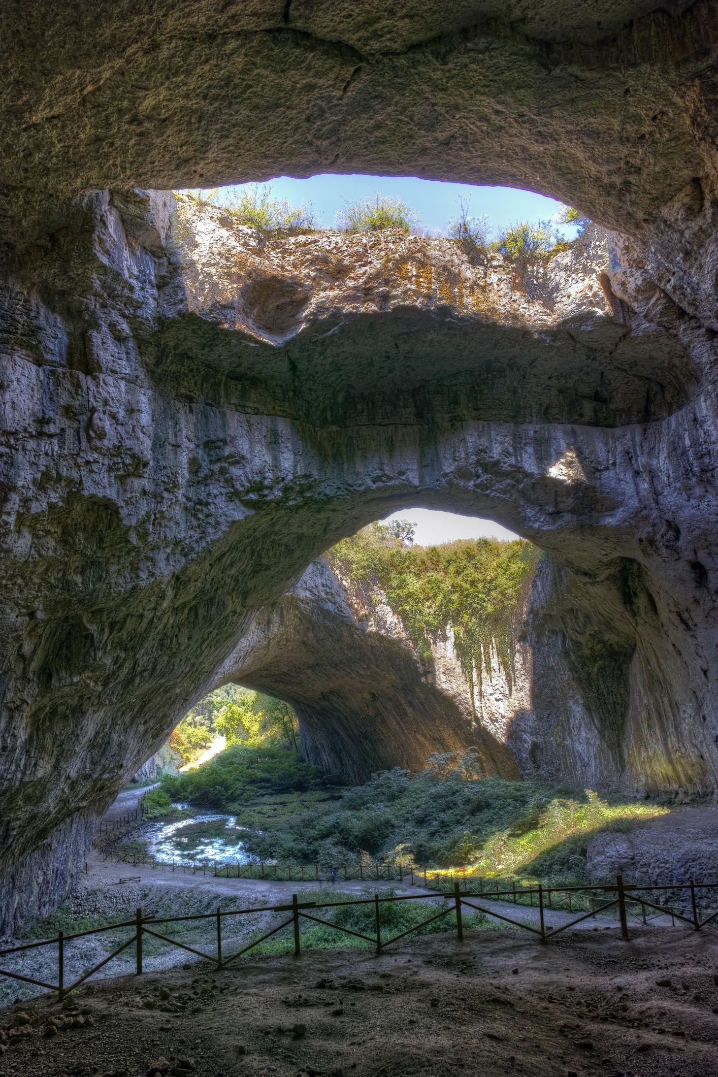 Ловеч безспорно е град с хиляди исторически кътчета и забележителности. Въпреки разстоянието си от София, за един ден може да обиколите много от местата и обекти в града. В района се намира Деветашката пещера, както и Крушунския водопад.