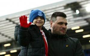 Евертън с нов жест към семейството на починалия Брадли