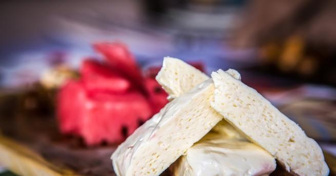 Необходими продукти: 1 багета 300 г диня 175 г крем сирене 150 г
