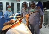 Мъж свири на китара по време на своята мозъчна операция