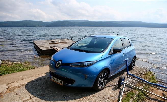 Stop & Go: 300 км: пробег в реални пътни условия (градско и извънградско), 100 000: продадените до момента електромобила Renault; 50 000: продадените Zoe в Европа; 95: патентите, регистрирани при разработката на мотора на Zoe; 8 години: гаранция на батерията; 80 000: броят на зарядните станции в Европа.