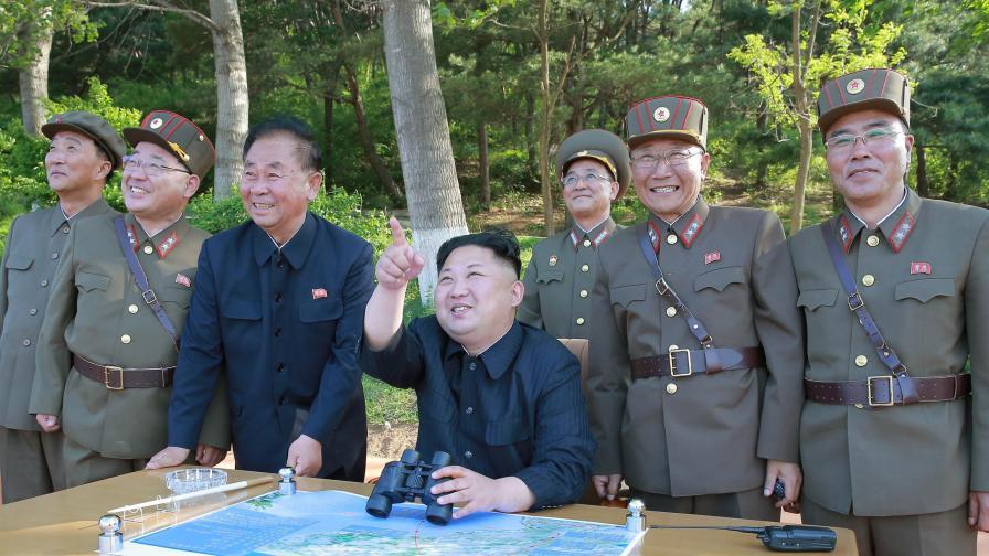 Ким Чен Ун и севернокорейски военни наблюдават успешния ракетен тест през юли