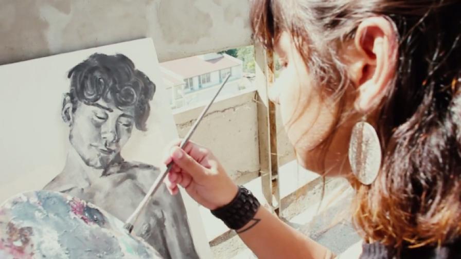 Тя е млада, талантлива и прави изкуство в България
