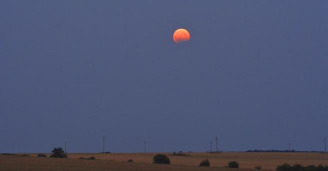 През изминалата вечер над страната се наблюдава частично лунно затъмнение.