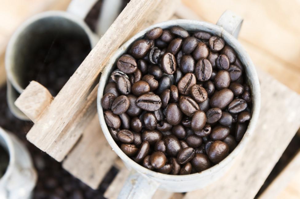- Кафе - кафените зърна поемат миризмата на останалите продукти в хладилника. Дръжте го в кутия или буркан, на сухо и прохладно място.