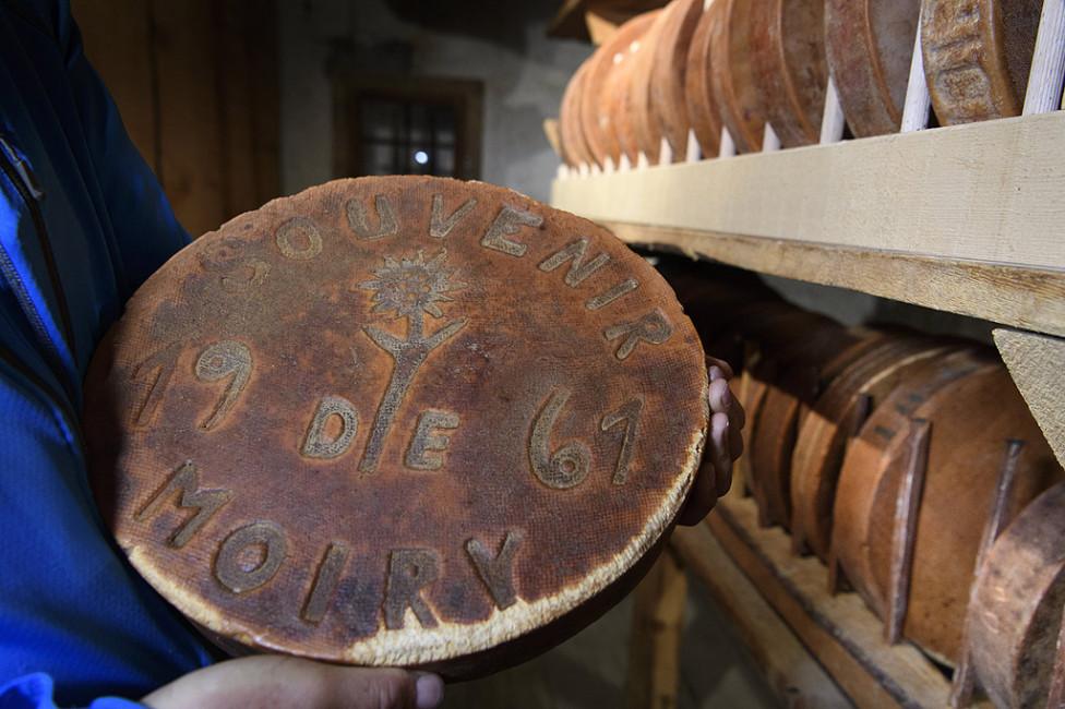 - Семейството Zufferey пази колекция от сирена, произведени от краве мляко, датиращи от 1875 до наши дни. Две от сирената са на 142 години. Това...