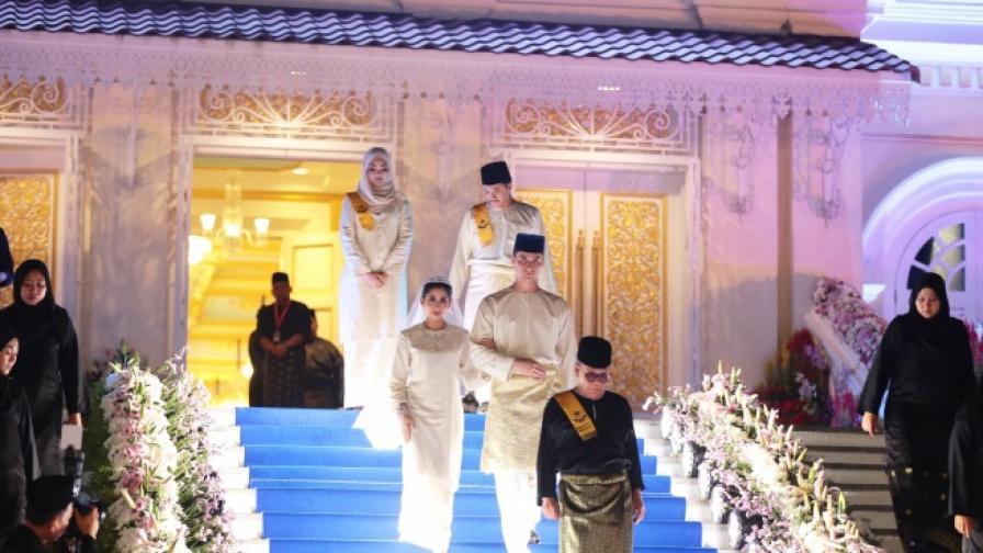 Като в приказка: Малайзийска принцеса се омъжи за обикновен холандец (СНИМКИ)