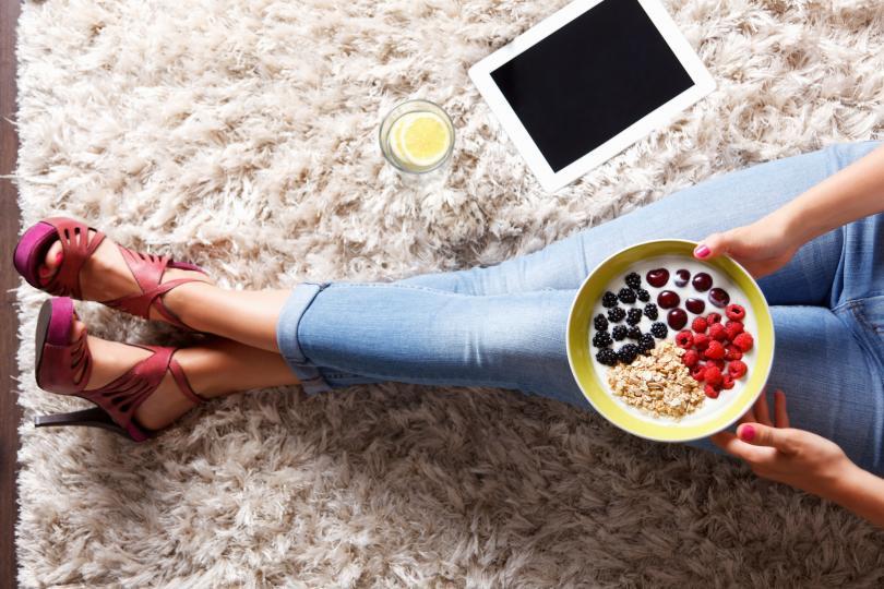 <p><strong>Ядем зърнени култури</strong><br /> <br /> Обичайната порция зърнени култури (50 грама) съдържа около четири супени лъжици захар. Толкова много захар сутрин води до прилив на инсулин в кръвта и когато ефектът изчезне, ставаме уморени и летаргични. Прясно мляко, кисело мляко и пресни плодове, добавеникъм зърнени храни, също са нездравословни за хапване сутрин, така че най-добре е да стоите далеч от тях.<br /> <br /> Популярният диетолог Челси Амер споделя, че е по-здравословно да се яде по една суха пица сутринта, отколкото една купа зърнени храни. Пицата съдържа протеини, мазнини и въглехидрати, което я прави балансирана закуска. Важно е обаче да не ядем повече от едно парче.<br /> <br /> Освен пица, може да хапваме и бъркани яйца, извара или месо, което не съдържа твърде много мазнини.</p>