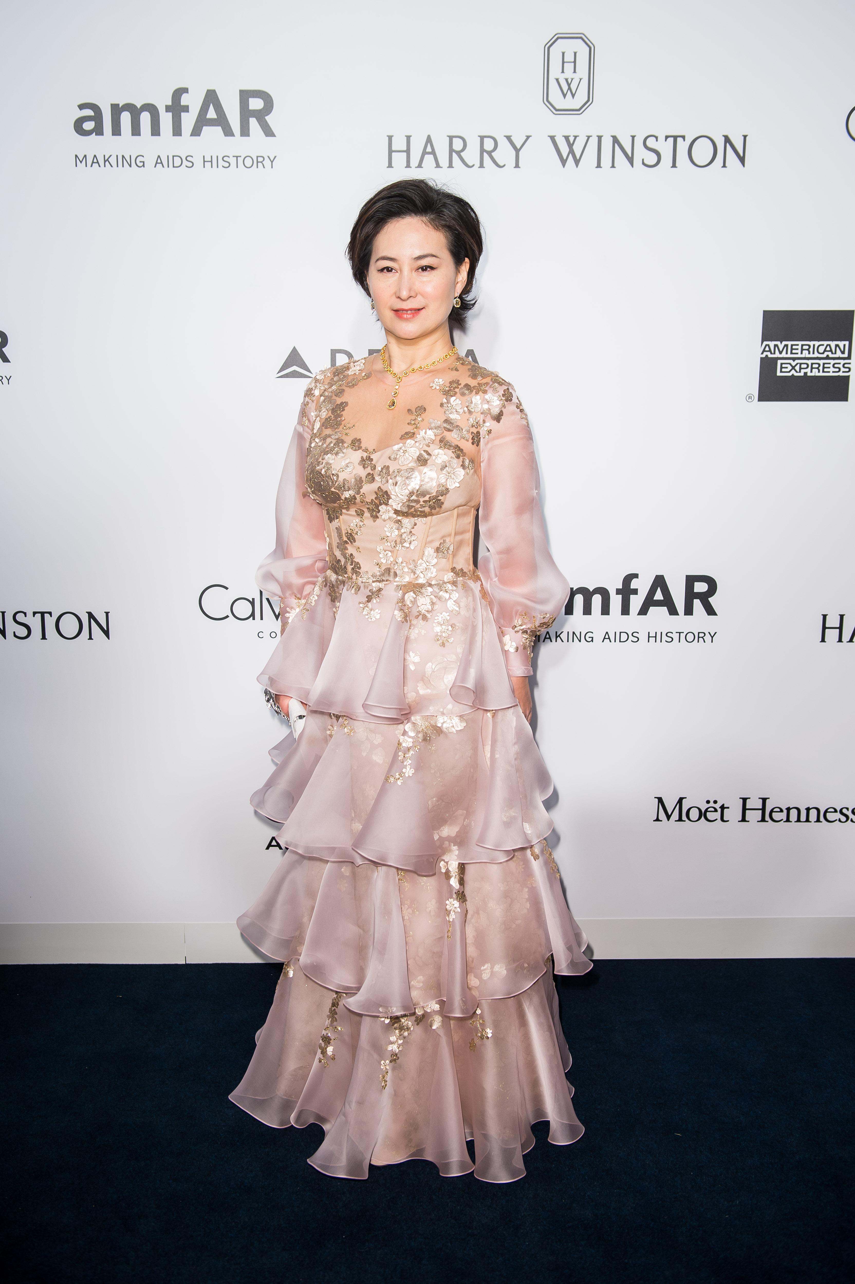 """Панси Хо<br /> Тя е дъщеря на Стенли Хо, милиардерът, известен като """"Кралят на хазарта"""".Панси е най-богатаот 17-те деца на семейство Хо.Панси не участва в управлението на SJM, но благодарение на нея Shun Tak се превърна от малка фериботна компания в концерн за 1.5 млрд. долара. Тя сключва партньорство с американския гигант MGM Mirage и отваря MGM Grand. Състоянието й е оценено на 3 млрд. долара."""