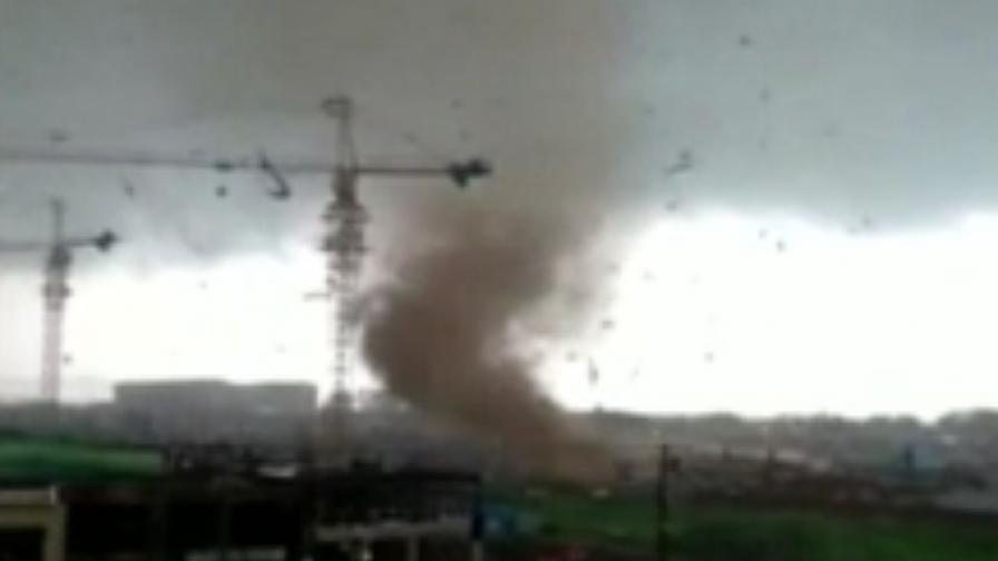 Опустошително торнадо премина през град в Китай