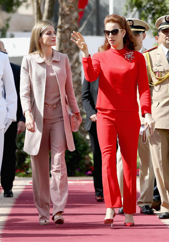 """Принцеса Лала Салма (в червено) от Мароко<br /> Салма, която е инженер по информационни технологии, се омъжва за мароканския крал Мохамед VI през 2002 година.<br /> В деня на тяхната сватба в двореца в Рабат се женят 200 марокански двойки. Състоянието им се оценява на над 2 млрд. долара според сп. """"Форбс"""" за 2014 г.,"""
