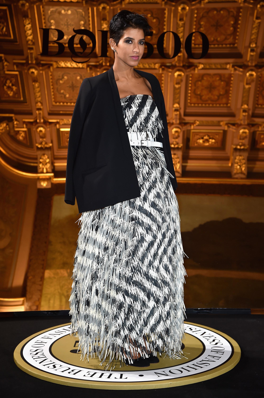 """Дина Абдулазиз е принцеса от Саудитска Арабия, днес живее в САЩ, съпруга напринц Абдулазизбин Насер Абдулазиз Ал-Сауд и майка на три деца.Известна е с безупречния си външен вид и усет към модата.Дина не само има вкус към модата, но иопитва да адаптира западните идеи за стила към строгите източни традиции. Тя есобственик на бутик за дрехи и има свой моден бранд D'NA. Състоянието й не се съобщава, пише """"Ню Йорк Таймс""""."""