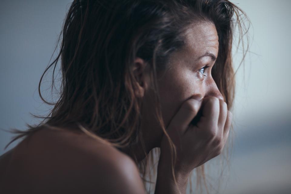 жена тъга сълзи