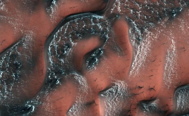 НАСА снима сняг на Марс