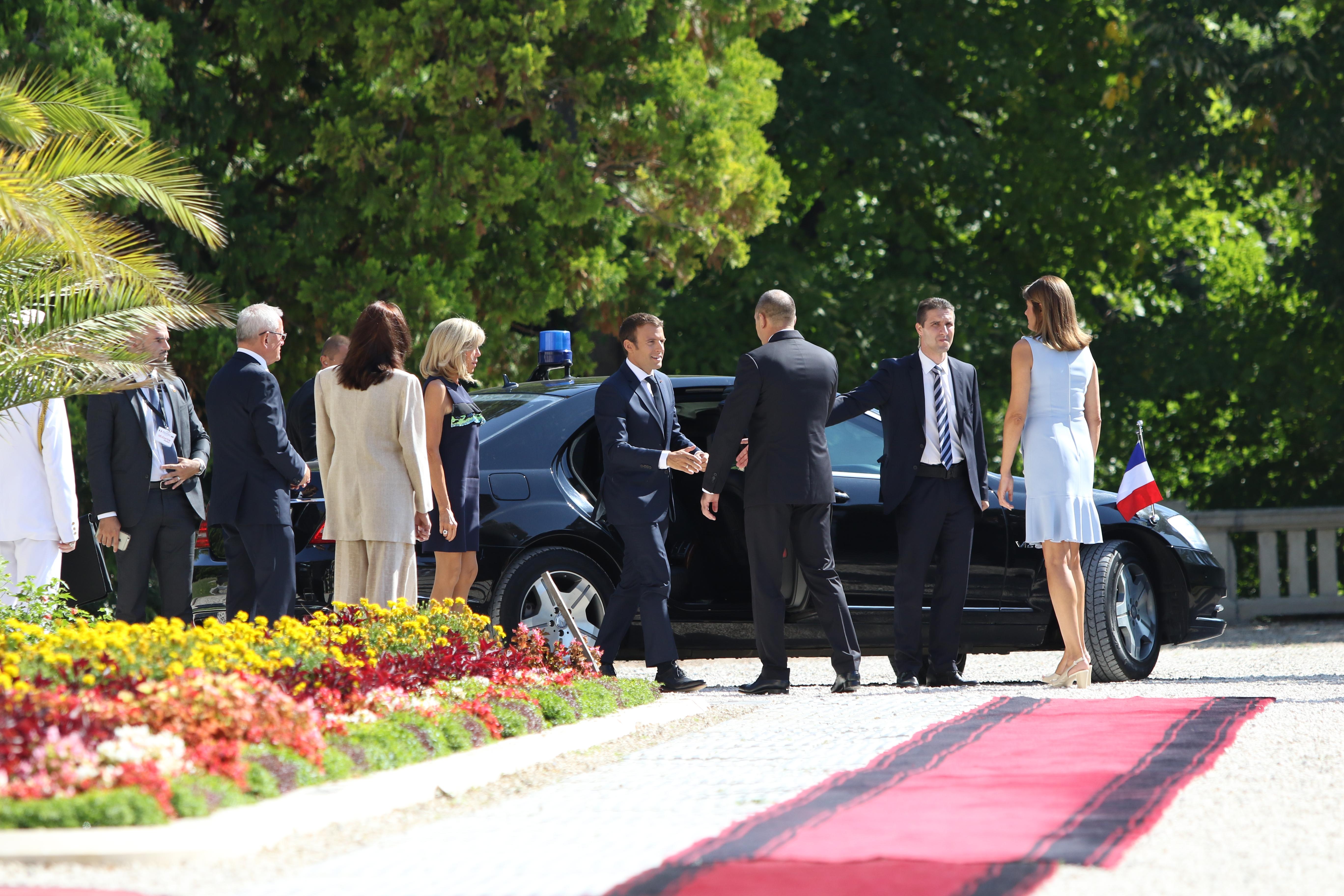 Румен и Десислава Радеви посрещат семейство Макрон пред двореца в Евксиноград