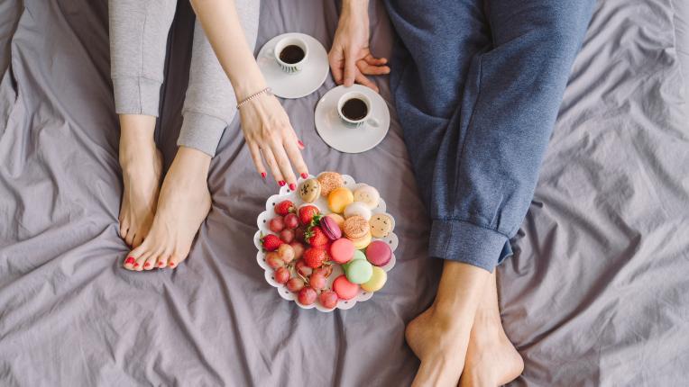 жена сутрин закуска легло двойка