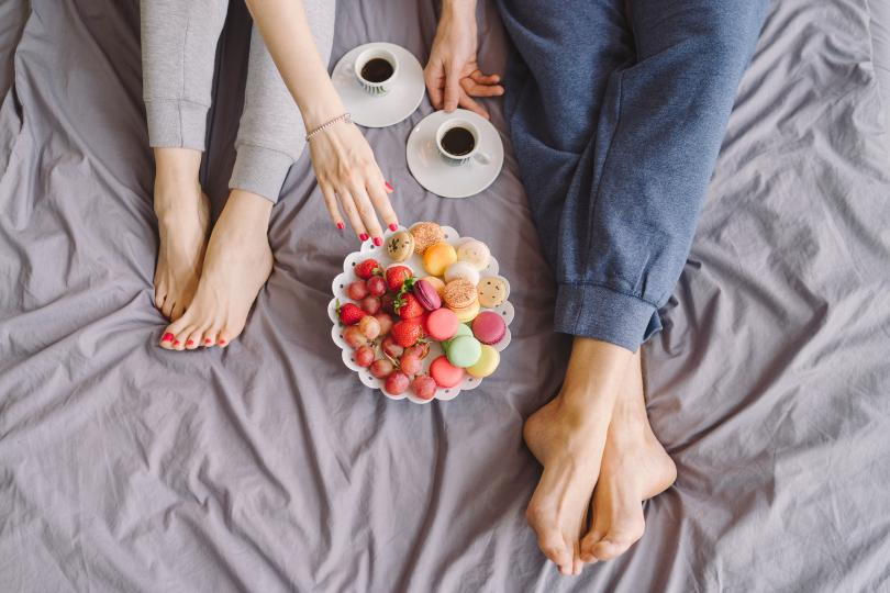 <p><strong>Оправяме леглото си веднага</strong><br /> <br /> Оправяйки леглото си веднага след като станем, създаваме добра среда за прахови акари. Влагата, която тялото ни е оставила върху чаршафите през нощта, няма шанс да се изпари. Учените препоръчват напълно да преместим одеялото от матрака, след като се събудим, за да се проветрят.</p>