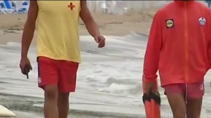 Туристи и спасители се биха на плажа в Несебър