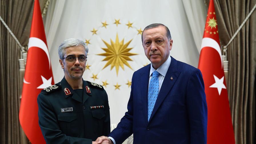 Турският президент Реджеп Ердоган приветства новия ръководител на генералния щаб на Иран генерал Мухамад Хюсеин Бакери.