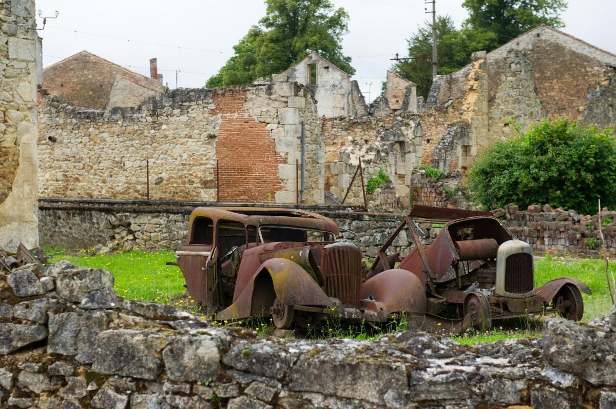 През юни 1944 г. 1-ви батальон на 2-ра СС дивизия Дас Райх избива 642 от жителите на Орандур сюр глан (Франция), защото нацистите подозират жителите на града, че помагат на френската съпротива. След войната е построен нов град, но президентът Шарл де Гол нарежда руините на стария град да бъдат съхранени в памет на жертвите на клането.