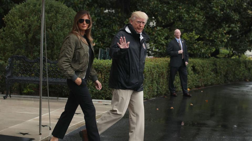 Моден гаф за Мелания Тръмп: Ходи ли се с токчета по време на наводнение?