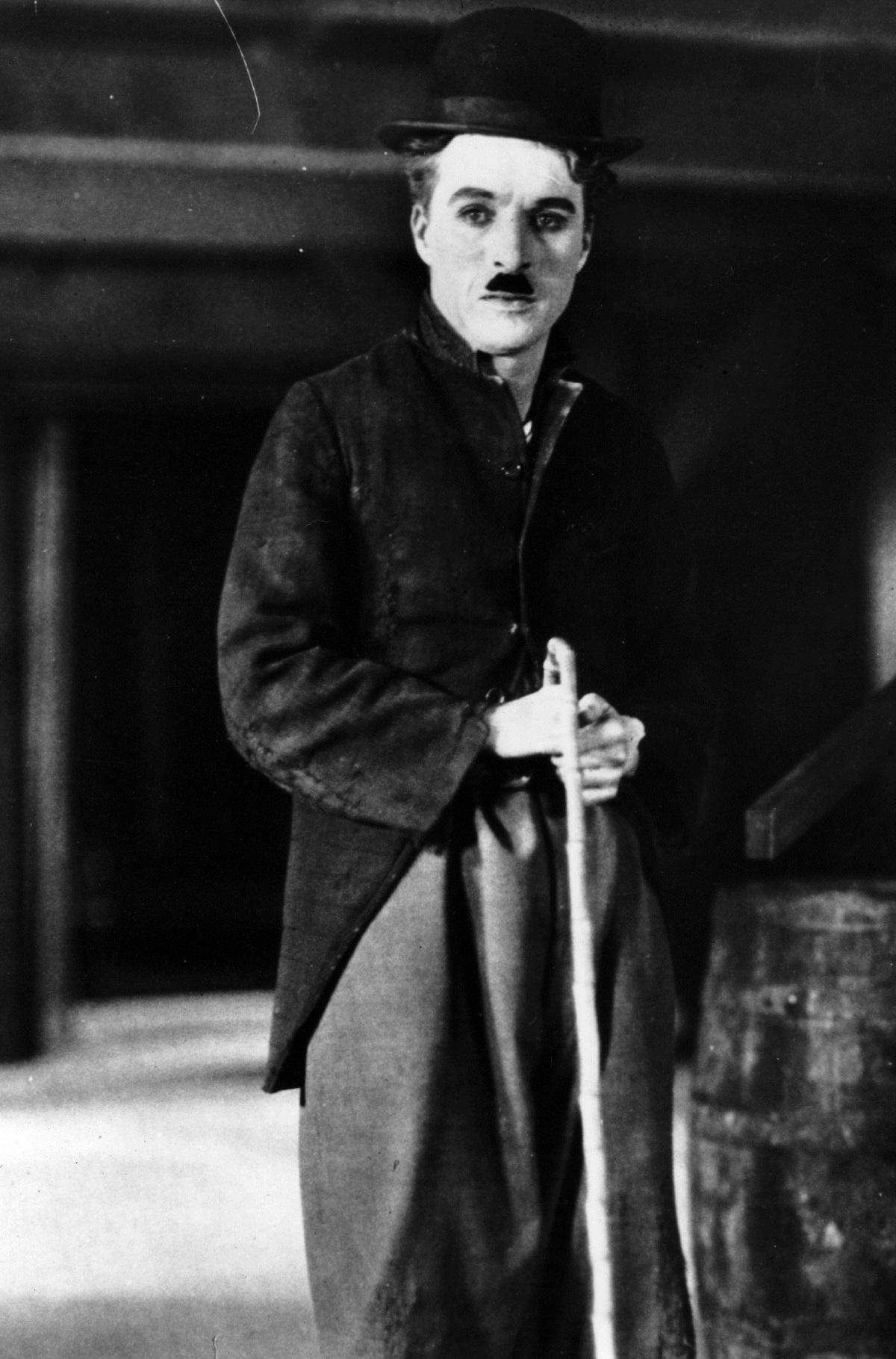 """Чарли Чаплин - Периодично се появяват съобщения, че Чарли Чаплин също е бил масон. Да, в речта на финала на """"Великият диктатор"""" се прокрадват идеите на масонството. В масонската енциклопедия обаче четем, че по сведения на сина му Юджийн Чарли Чаплин никога не е бил член на масонска ложа."""
