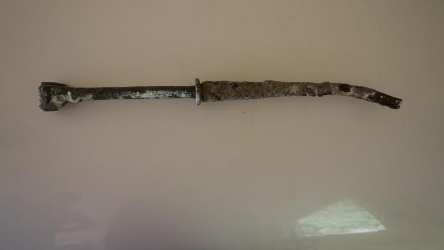 30-сантиметровата желязна ос, с прикрепен към нея бронзов човешки юмрук