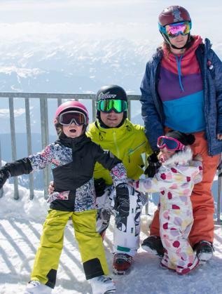 Семейство Панайотови с децата си на ски