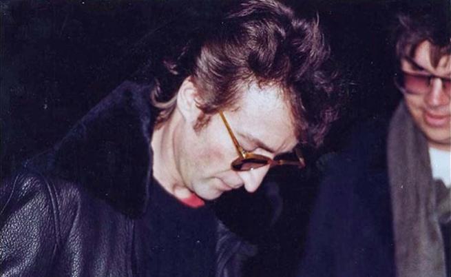 Няколко часа преди смъртта си Джон Ленън дава автограф на своя убиец