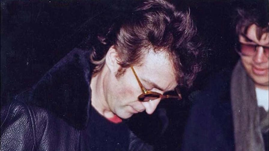 1980 г.: Джон Ленън дава автограф на убиеца си
