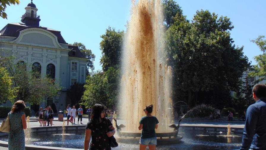 Фонтанът в центъра на Пловдив блика в кафяво