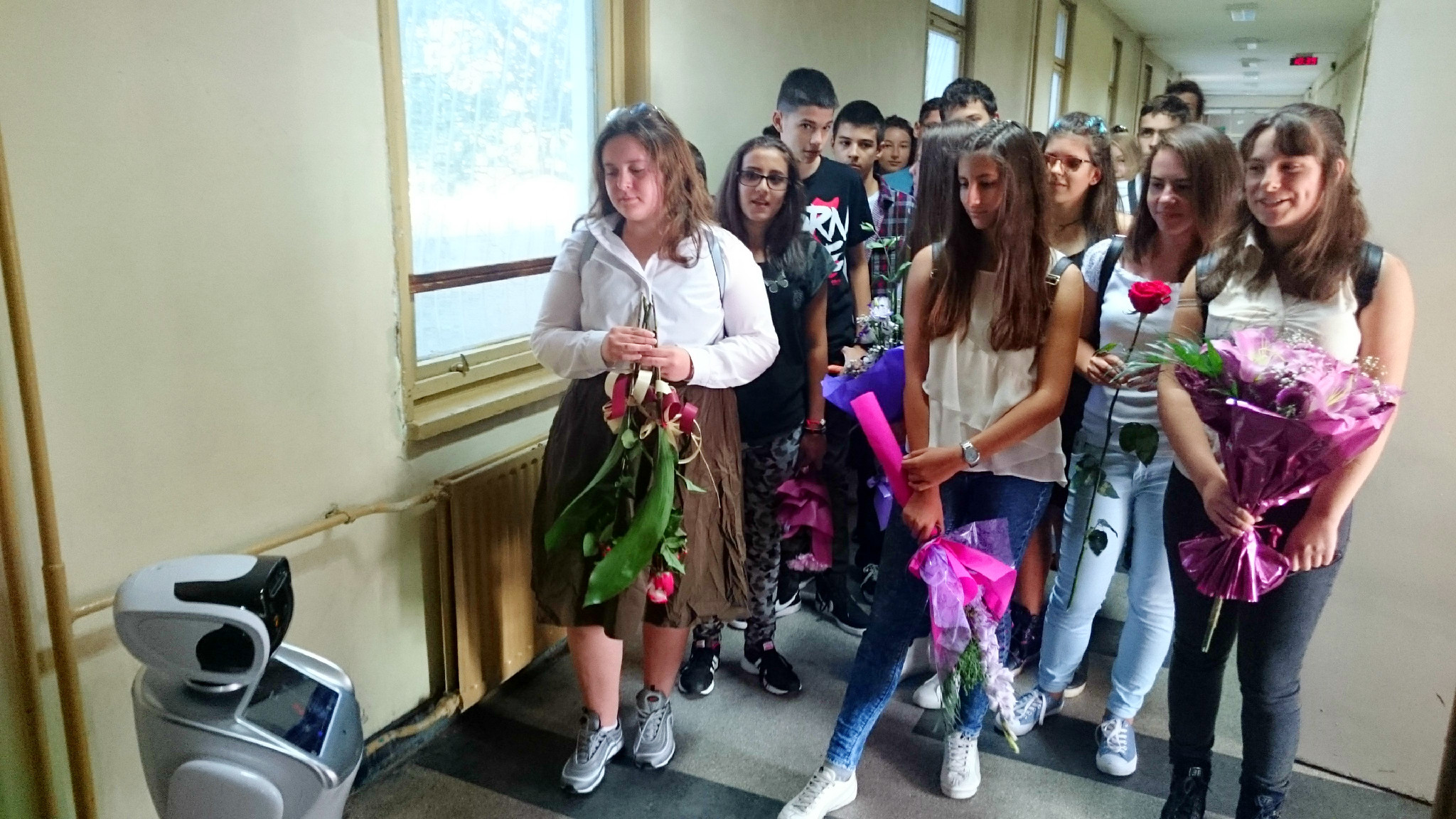 Преди влизането им в класните стаи в новото училище осмокласниците бяха приветствани с лично гласово послание от Сани.