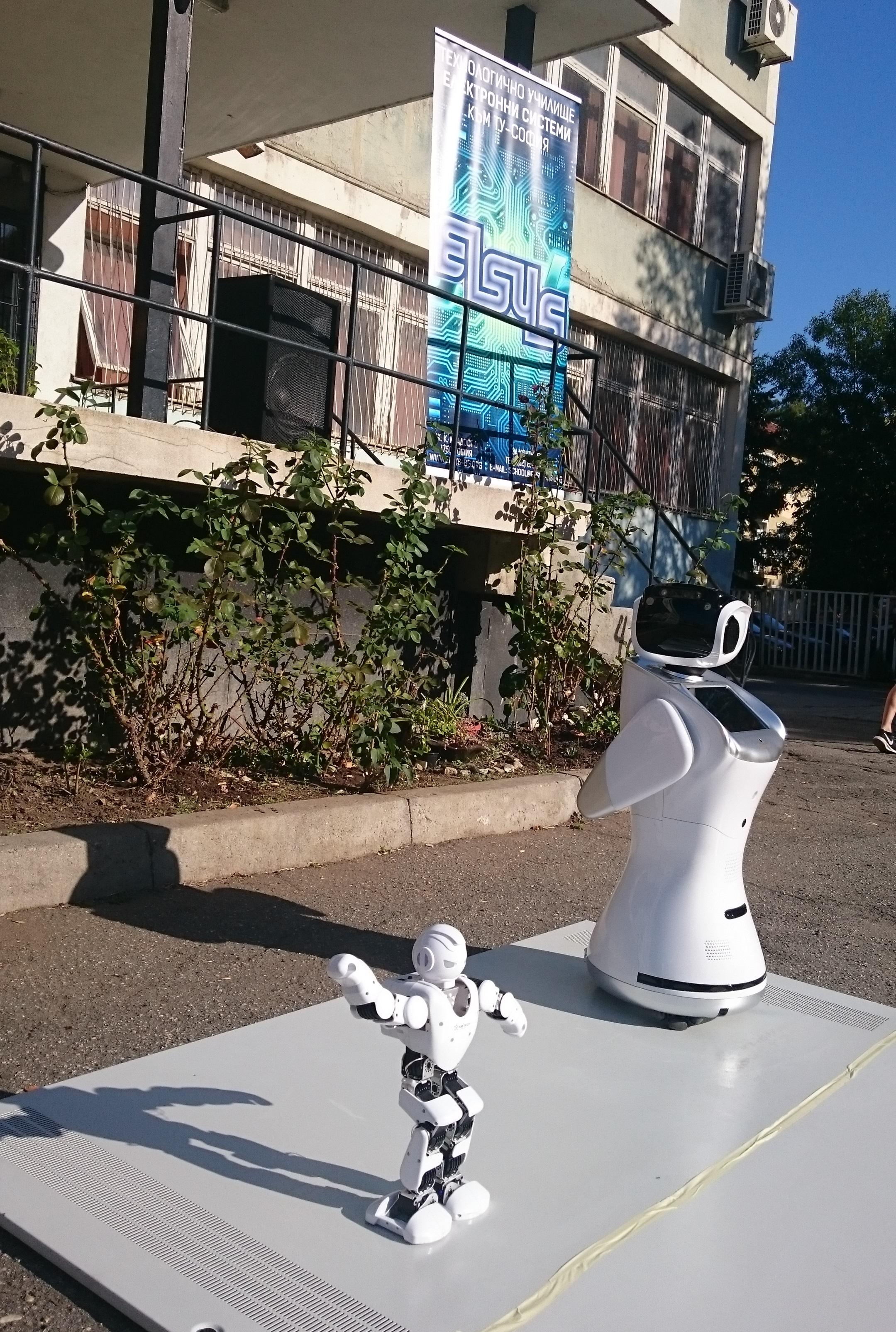 Сани и Хиро бяха управлявани от възпитаници на кръжока по роботика в училището.