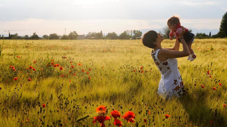 жена дете поле мак есен природа