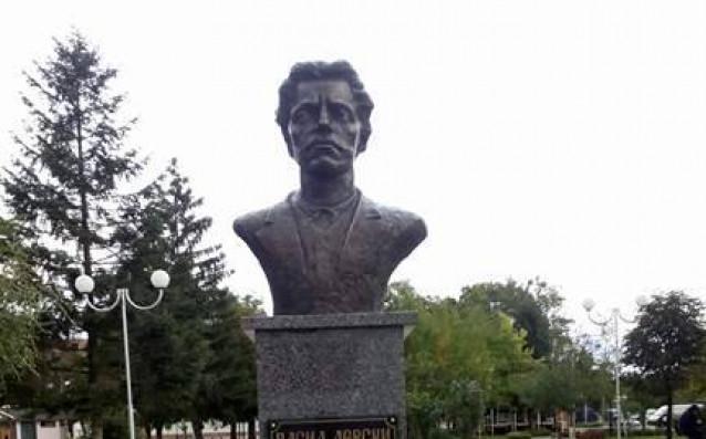 Фенове на Левски и граждани откриха паметник на Апостола в Ихтиман
