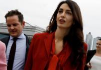 Амал се върна на работа с ретро костюм в червено