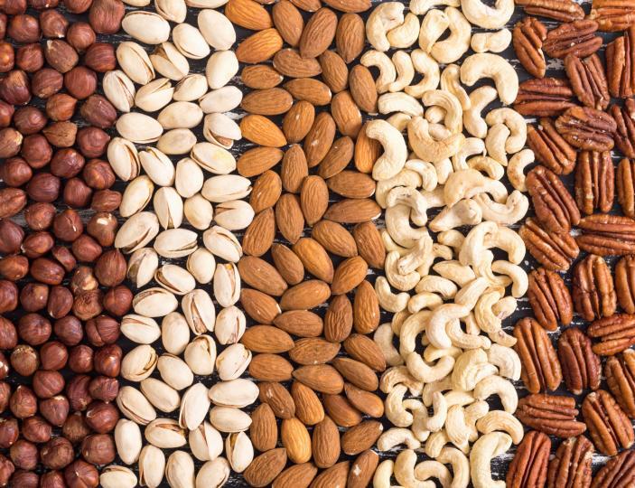 <p><strong>Ядки и семена</strong></p>  <p>Може да има причина орехът да изглежда като миниатюрен мозък. Според многобройни проучвания орехите са най-мощните ядки или семена за мозъчната енергия и здравето на мозъка. Богат на витамин Е и цинк, практически всяка ядка или семе могат да подобрят когнитивните умения и паметта. Техните свойства спомагат също и за предотвратяване на когнитивния спад и насърчаване на здравословното кръвообращение.</p>