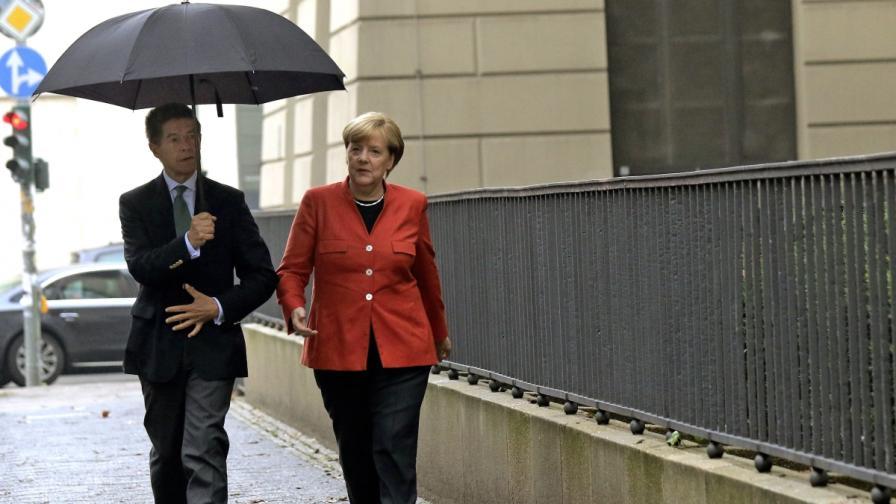 Защо мъжът на Меркел рядко е до нея