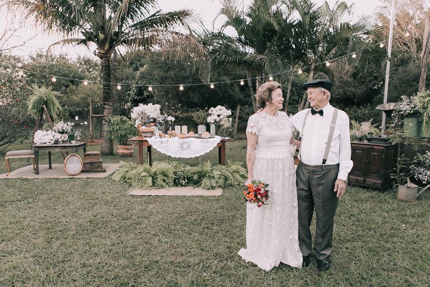 60 години по-късно Росиня отново е в булчинска рокля и цвете в косите, а нейният любим с папионка и костюм. Щастливите съпрузи се женят отново и този път фотограф документира всичко. Снимките не само запечатват любовта на една двойка, издържала толкова много години, но и уважението, разбирателството и топлотата в отношенията между двама души, които след 60 години отново могат да се погледат в очите и да се врекат във вярност един на друг.
