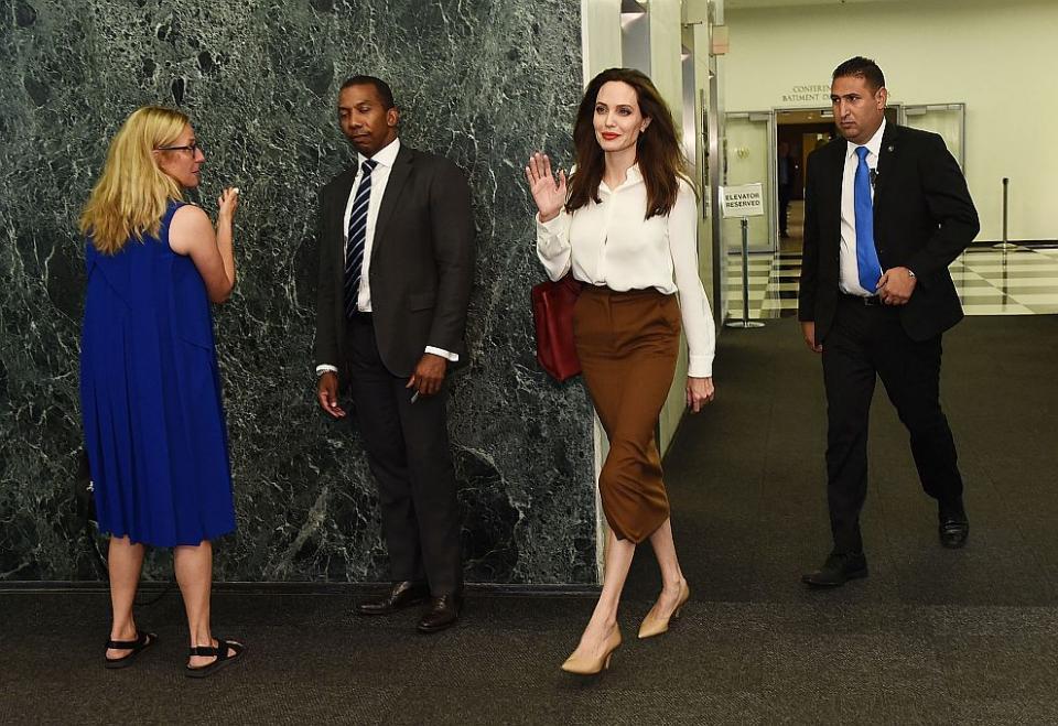 Отчервения килим на филмовия фестивал в Торонтокъмцентралата на ООН в Ню Йорк това е животът наАнджелина Джоли. Някога определяна като Лошото момиче на Холивуд, днес Анджелина е посланик на добра воля на Върховния комисариат на ООН за бежанците. В тази си роля холивудската красавица посетицентралата на ООН в Манхатън, за да се срещне с генералния секретар на организациятаАнтониу Гутериш.