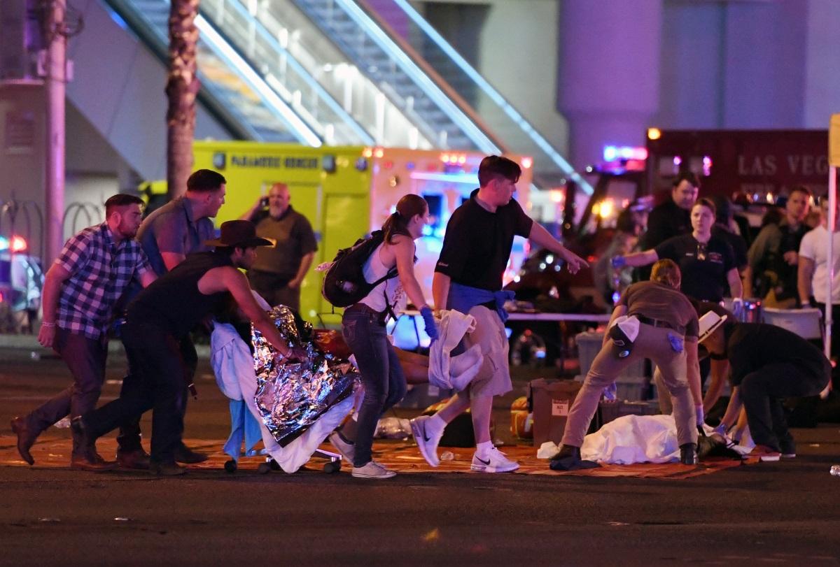 """Най-малко 50 души са убити и повече от 200 са ранени след като мъж откри стрелба по посетителите на кънтри концерт в Лас Вегас. Случилото се е най-кръвопролитната масова стрелба в историята на САЩ. Нападението е станало в близост до голям хотел - """"Мандалей бей"""". Стрелбата е продължила на два пъти по 15 секунди."""