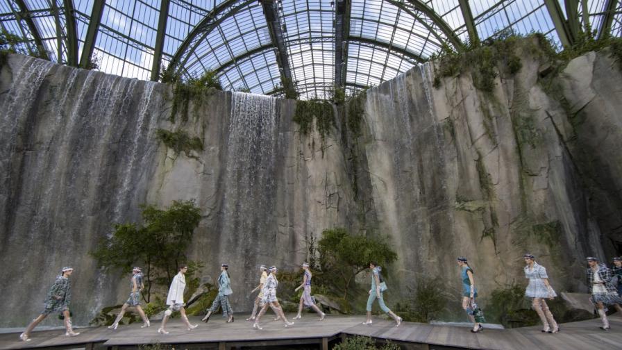 """Манекенките на """"Шанел"""" с ревю край водопад в Париж"""