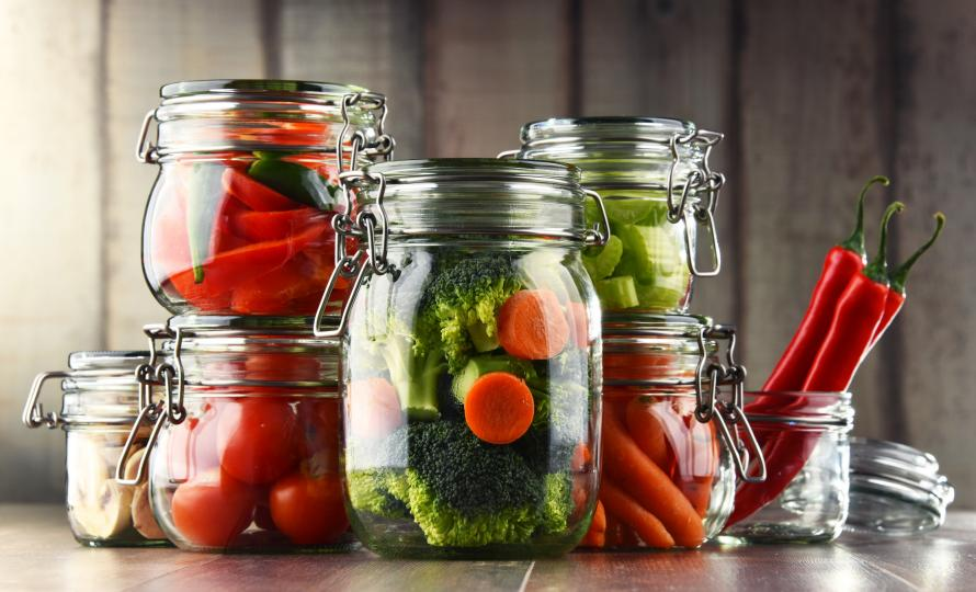 <p><strong>Естествена ферментация</strong><br /> <br /> Най-полезните за здравето туршии са естествено ферментиралите. Те са консервирани само със сол и вода, без други добавки и топлинна обработка. В суровата домашна туршия качествата на зеленчуците са запазени, защото не са варени. При процеса на естествена ферментация се отделят полезни за организма ензими, а витамините се запазват.</p>