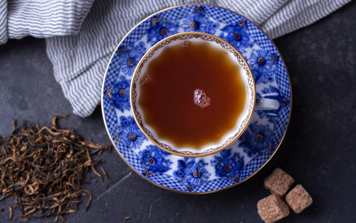 Черен чай<br /> <br /> Лошата репутация на британците, когато става дума за зъби, може би има нещо общо с популярността на чая в диетата им. Европейско проучване установило, че черният чай е основен виновник за промяната на цвета на зъбите.